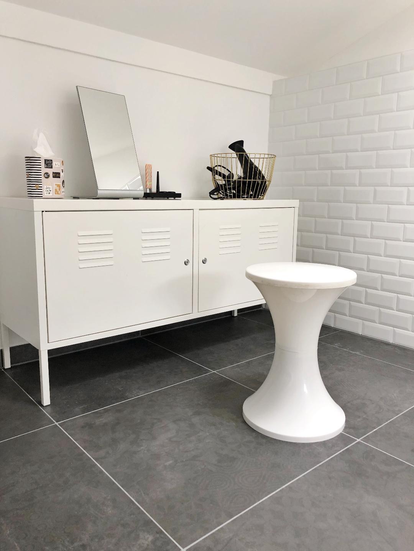 Badezimmer schwarz weiß Metrofliesen schwarze Accessoires ...